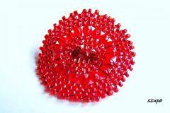 czerwona broszka z drobnych koralikow