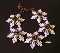bransoletka kwiatki z koralik�w r�owe