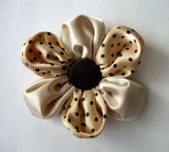 broszka kwiat atlasowa w groszki