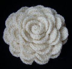 broszka roza na szydelku bezowa