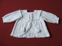 plaszczyk sweterek do chrztu na szydelku bialy